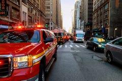 纽约-Jujy 02日2018年:消防队在事故以后抽从汽车的燃料 免版税库存照片