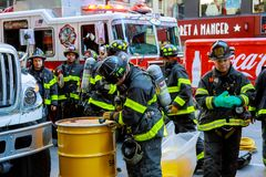 纽约-Jujy 02日2018年:消防队在事故以后抽从汽车的燃料 库存图片