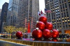 纽约CIGiant圣诞节装饰品在2013年12月17日,纽约,美国的曼哈顿中城 免版税库存图片
