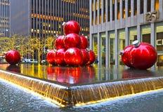 纽约CIGiant圣诞节装饰品在2013年12月17日,纽约,美国的曼哈顿中城 免版税库存照片