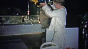 纽黑文, CONN 美国- 1957年:富裕的孩子拔出蒸汽挖掘机类型圣诞节礼物,当坐一个新的救火车玩具时 股票视频