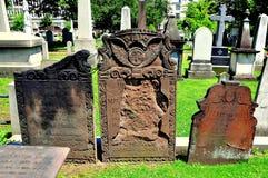 纽黑文, CT :殖民地坟墓在树丛街道公墓 图库摄影