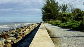 线分开的海洋和土地 库存图片