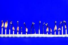 线十七烧了在蓝色的安全火柴 免版税库存照片