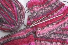 线团和编织针。 免版税库存图片