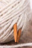 线团毛纱和木编织针 库存照片