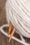 线团毛纱和木编织针 图库摄影