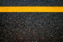 黄线在路纹理背景中, 库存照片