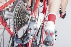 线型运动员腿的后面看法与后方Derailleur和卡式磁带Sprokets 库存图片