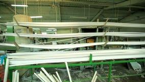 线塑料窗口生产  塑料窗口制造的运转的机器  股票视频