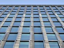 线性蓝色摩天大楼窗口 免版税库存照片