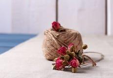 麻线球与干玫瑰花束的 免版税图库摄影