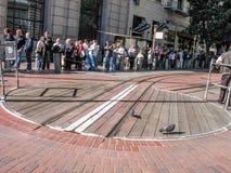 线的人们在缆车的铁路转盘附近 免版税库存图片