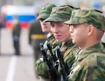 线的年轻俄国战士 免版税库存照片