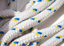 绳索线装配的在风船 库存照片