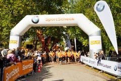 线路马拉松运动员开始 免版税图库摄影