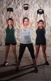 练习在新兵训练所锻炼的夫人举重 库存照片