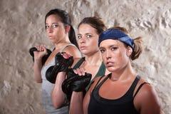 练习在新兵训练所锻炼的夫人举重 免版税库存照片