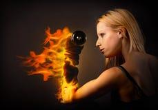 练习在火的妇女举重 图库摄影