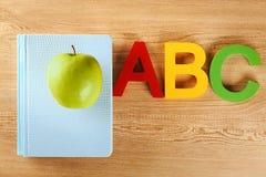 练习本用开胃绿色苹果 免版税图库摄影