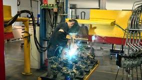 组分焊接汽车生产的 股票录像