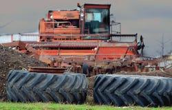组合被修理并且为收获一片富有的麦子庄稼准备 库存照片