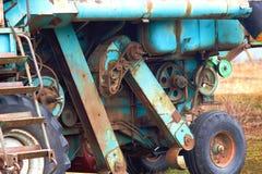 组合被修理并且为收获一片富有的麦子庄稼准备 库存图片