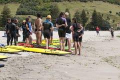组在培训的青年时期在海滩 免版税图库摄影