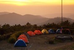 组在山的帐篷。 免版税库存照片