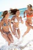 组在海滩节假日的女孩 免版税库存图片
