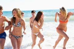 组在海滩节假日的朋友 库存图片