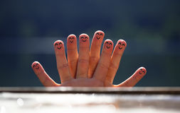组在海滩5的愉快的手指面带笑容 免版税库存照片