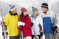 组在滑雪节假日的中世纪夫妇 图库摄影
