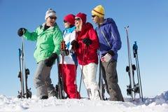 组在滑雪节假日的中世纪夫妇 免版税图库摄影