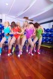 组女孩在健身工作室 免版税库存照片