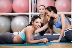 组女运动员在健身选件类休息 库存图片