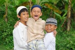 组愉快的孩子户外 免版税库存照片