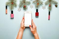 组成与圣诞节装饰的产品集和sellphone在蓝色背景舱内甲板位置 库存照片