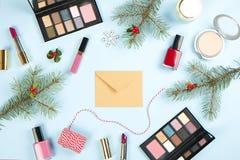 组成与圣诞节装饰的产品集并且制作在蓝色背景舱内甲板位置的信封 库存图片