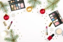 组成与圣诞节装饰的化妆用品在白色背景舱内甲板位置 免版税图库摄影
