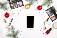组成与圣诞节装饰的化妆用品在白色背景舱内甲板位置 免版税库存照片