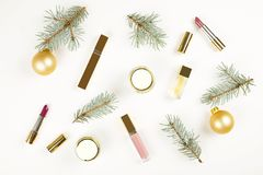 组成与圣诞节装饰的化妆用品在白色背景舱内甲板位置 库存照片