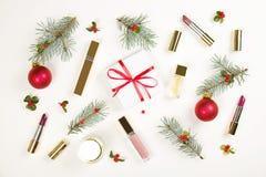 组成与圣诞节装饰的化妆用品在白色背景舱内甲板位置 库存图片