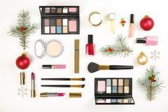 组成与圣诞节装饰的化妆用品在白色背景舱内甲板位置 免版税库存图片