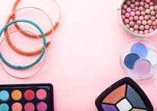 组成产品 辅助部件收集手袋妇女 在桃红色背景的化妆用品 顶视图 嘲笑,拷贝空间 库存照片