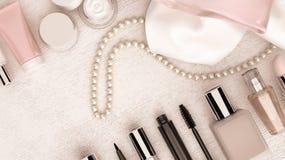 组成位于白色木bac的袋子和串珍珠 免版税库存照片
