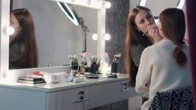 组成做专家的艺术家组成美丽的妇女 股票视频