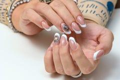 组成指甲油产品 艺术修指甲 有时髦的五颜六色的时髦钉子的现代样式秀丽手 库存照片