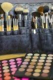 组成艺术家工具-各种各样刷子和眼影膏pallettes接近  库存照片