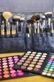 组成艺术家工具-各种各样刷子和眼影膏pallettes接近  库存图片